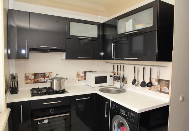 Чёрная глянцевая кухня