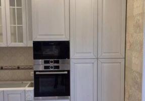 Белая кухня с серебряной патиной в классическом стиле