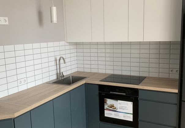 Кухня с белыми и серыми фасадами МДФ