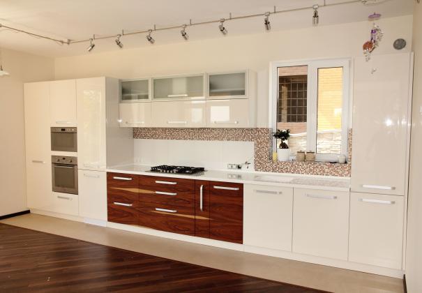 Кухня глянцевая со шпонированными фасадами